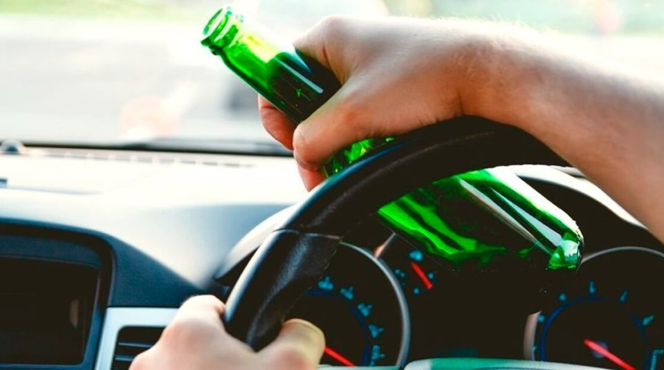 Consumo de bebida alcóolica ao volante.