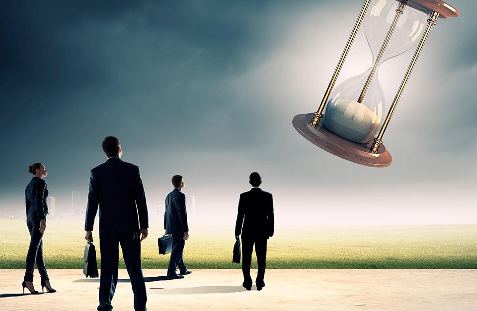 4 advogados olhando para grande ampulheta no céu.